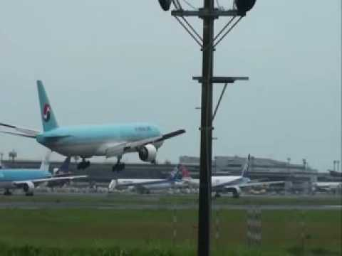 Korean Air Boeing 777 Extreme landing!!!