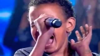 Menino com voz de cantor famoso
