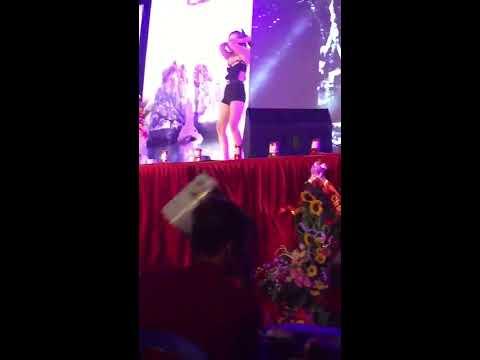 Hot girl Linh Miu lộ hàng tại hội chợ Hạ Long cực hot
