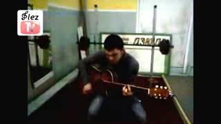 Пацан паёт песню в тюрьме на гитаре