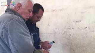 مواطن يتطوع بمساعدة الناخبين لمعرفة لجانهم بالاستفتاء