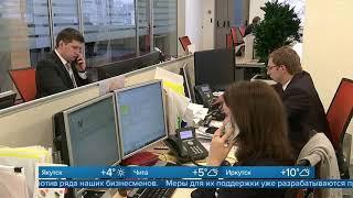 Смотреть видео Курс рубля падает по отношению к доллару и евро на фоне американских санкций онлайн