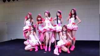 あべのQ's Mall。最前列動画です。 台湾のお天気お姉さんグループです。