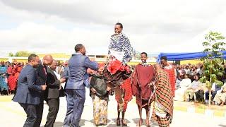 TAZAMA KIJANA  ALIYETREND KWA KUMUIMBIA BILIONEA LAIZER ANAVYORUKA HADI BILIONEA AKAMPA HELA