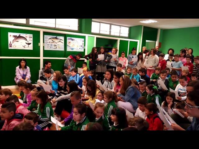 Os nenos do colexio de Rubiáns cántanlle á conselleira do Mar