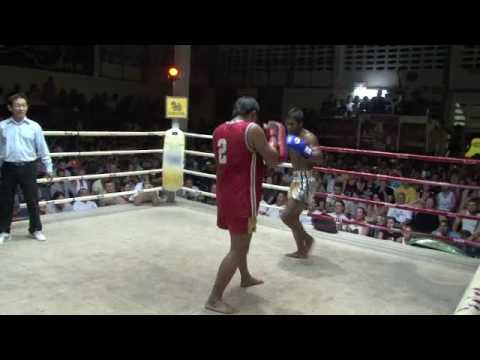 Buakaw por Pramuk pad training at Patong Boxing Stadium