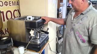 приготовление латте с помощью профессиональной кофемашины La Cimbali M32 (видео)