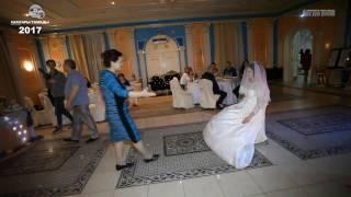 #202 | Мама невесты снимает фату у нее. __ The bride's mom removes her veil.