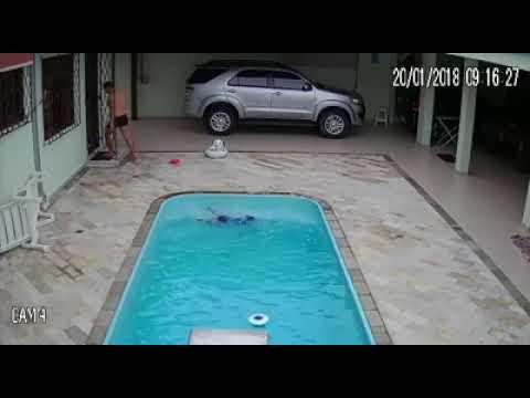 Pai posta vídeo do seu bebê afogando na piscina com 10 segundos de distração!