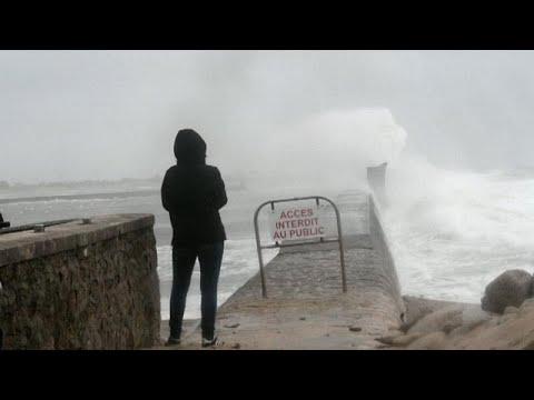 Avrupa'da hayatı felç eden Dennis fırtınası Fransa'yı vurdu