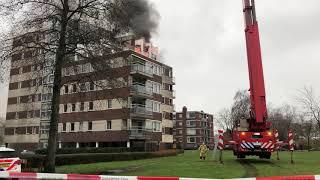 Brandweer redt vrouw van dak brandend appartement   Apeldoorn 13 01 2019