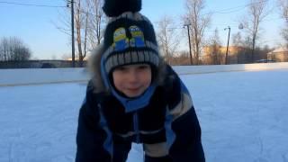 Как научить ребёнка кататься на коньках.  Самый простой способ.(Наконец наступила настоящая зима!) Выпало достаточно снега и залили каток. Мы не теряя времени даром, зима..., 2016-12-03T17:13:38.000Z)