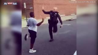 شاهد.. شرطي يتحدى شاب في الرقص