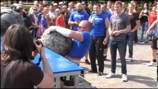 Обычный человек сдвинул авто весом свыше 2 тонн