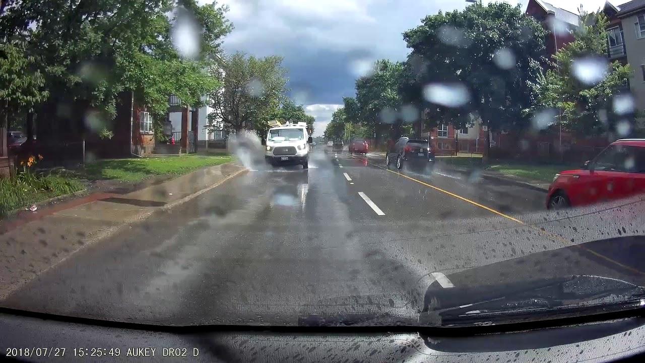 คนขับรถตู้ถูกไล่ออก เหตุจากแกล้งขับรถให้น้ำสาดใส่คนเดินถนน