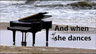 German song--Wenn sie tanzt (When she dances) by Max Giesinger with English lyrics