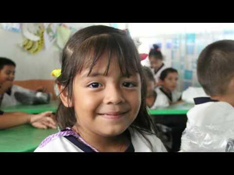 Entrega Bernardo Barrada calzado escolar y material de limpieza en educación básica