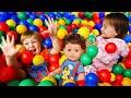 Бьянка, Марта и Беби Бон - Песенка для детей про паровоз. Игры в бассейне с шариками видео