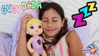 Maria Clara brincando com sua nova boneca Baby Alive Coraçãozinho