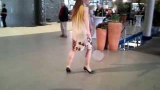 Federball spielen in High Heels