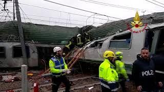 Treno deragliato a Pioltello, i Vigili del Fuoco dentro il vagone accartocciato