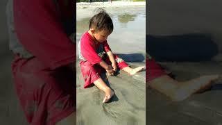 Kaka mandi di pantai seluma