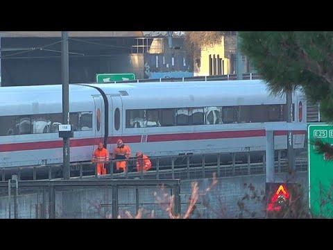 شاهد: انحراف قطار ألماني سريع عن مساره في مدينة بازل بسويسرا…