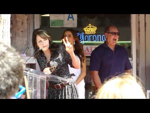 Katey Sagal and Sophia Vergara give their speeches at Ed O'Neill's Star Ceremony.mp4