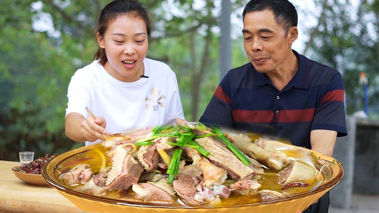 """爸爸來吃飯,秋妹做一大鍋""""鐵鍋燉大鵝"""",一口肉一口酒,安逸! 【顏美食】"""