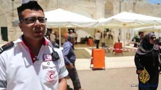 القدس- متطوعو الهلال الأحمر في خدمة المصلين بالأقصى