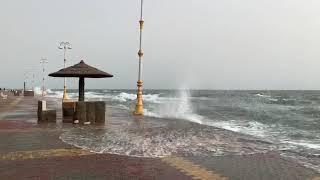 شاهد.. منع السباحة في شواطئ جازان بعد ارتفاع الأمواج - صحيفة صدى الالكترونية