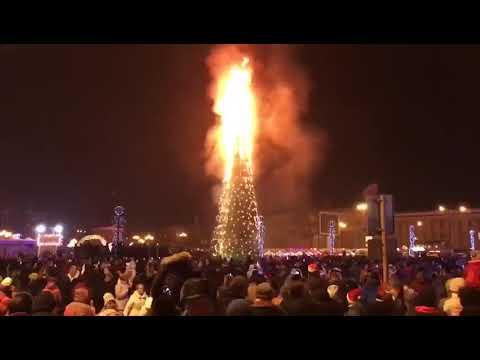 В Южно-Сахалинске горит новогодняя ёлка (31.12.2017)