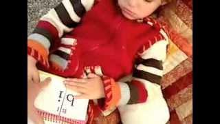 Gabrielle, autiste de 5 ans, aborde la lecture des syllabes.