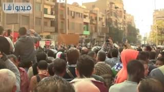 بالفيديو : الشباب  أمام الكاتدرائية يهتفون