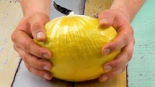 Weil er Melone fest in Folie wickelt, flippen Ostern alle aus | Omi muss sich sogar setzen
