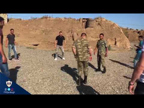 Futbolçularımız səngərdə əsgərlərlə futbol oynadı