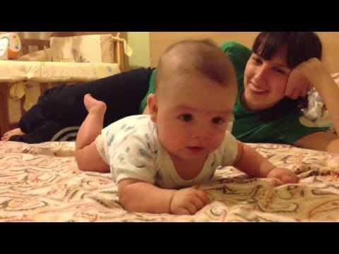 Грудной младенец ползает и говорит