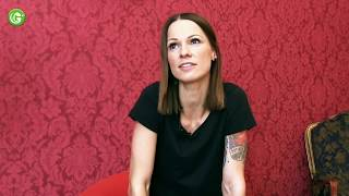 "Kurzinterview AUF DEM ROTEN STUHL - ""Überall zu Hause"" - Christina Stürmer"