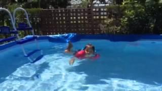 2歳半 自宅プール飛び込み.