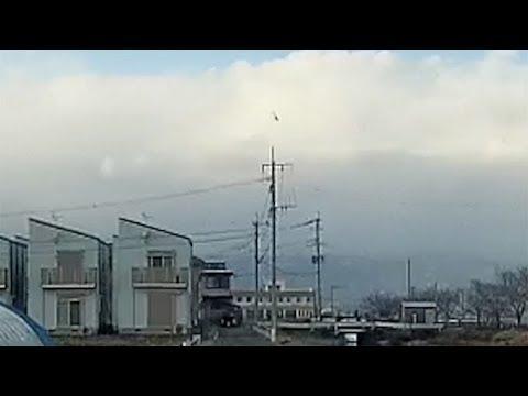 陸自ヘリ、垂直に落下=路上の車が撮影