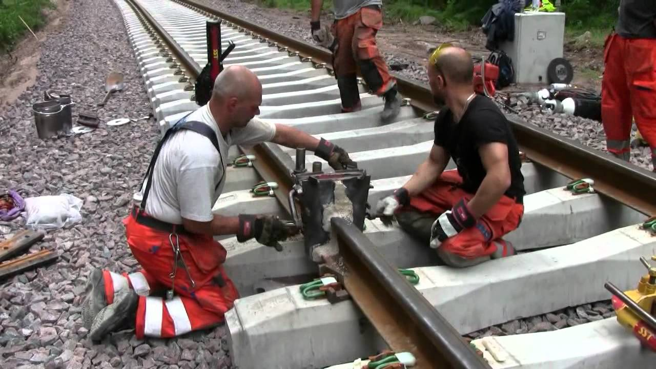 Railroad thermite welding - YouTube