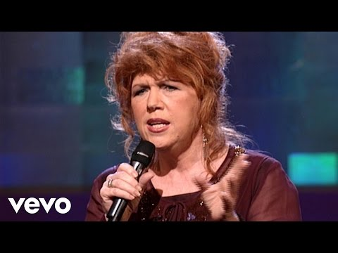 Cynthia Clawson - Turn Your Eyes Upon Jesus [Live]