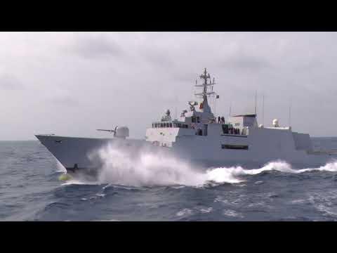 Elicottero Marina militare in fase di appontaggio alla nave Borsini