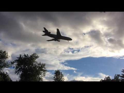 DC-10 landing at Bradley International Airport