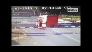 Авария на ж/д переезде в Чехии - поезд протаранил грузовик