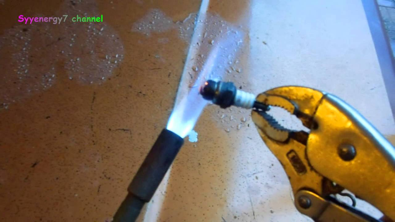 Old Mechanic's Trick - Clean a Spark Plug - YouTube