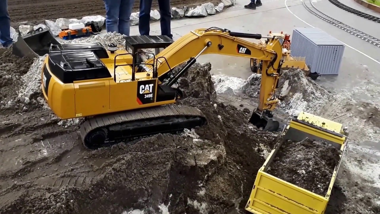 Rc excavator loading in 1:8 scale - CAT 349e