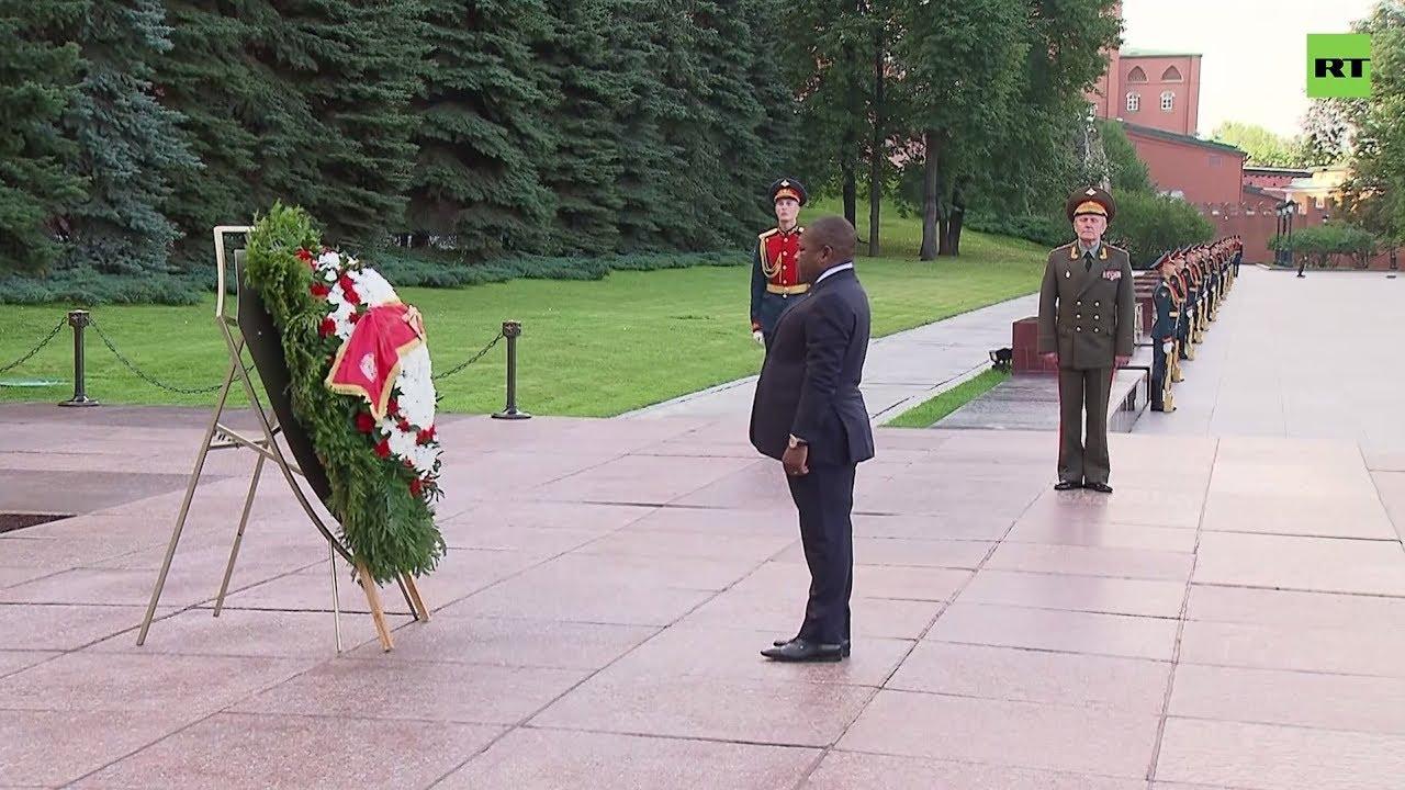 Президент Мозамбика возложил цветы к Могиле Неизвестного Солдата в Москве