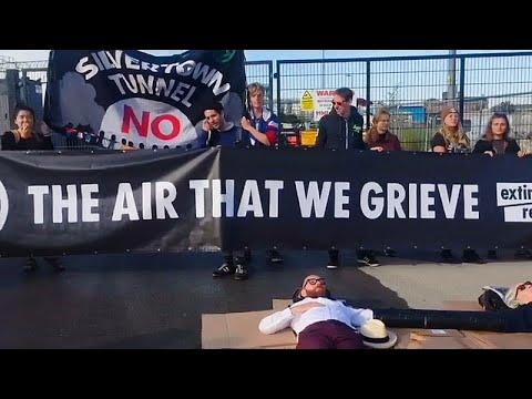 نشطاء بيئيون يغلقون الطريق أمام إحدى أهم شركات البناء في بريطانيا…  - نشر قبل 5 ساعة