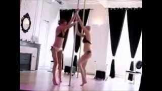 Танец двух девушек у шеста.